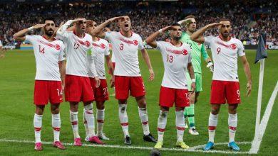 """Photo of رغم تحـ.ـذيرات الفرنسيين.. اللاعبون الأتراك يحيّون """"نبع السلام"""" من باريس والجمهور يتفاعل معهم (فيديو)"""